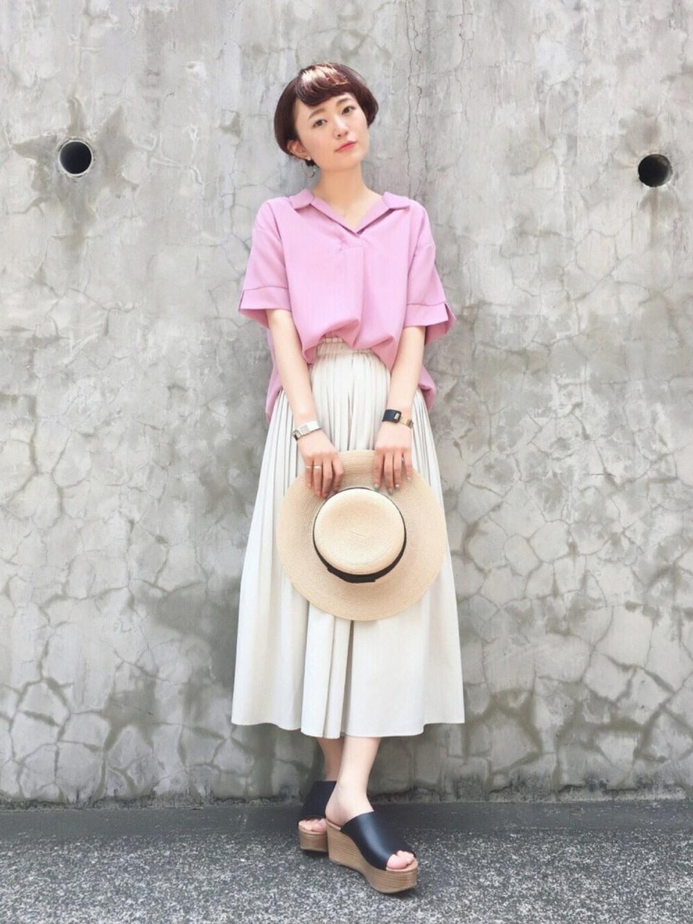 ピンクシャツ×グレーパンツ
