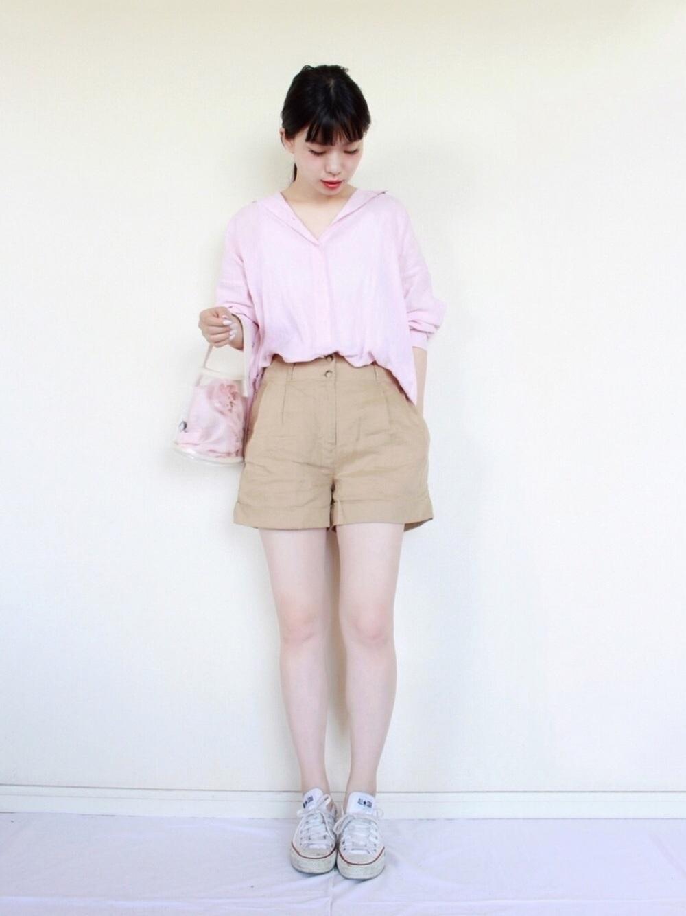 淡いピンクシャツ×ベージュショートパンツ