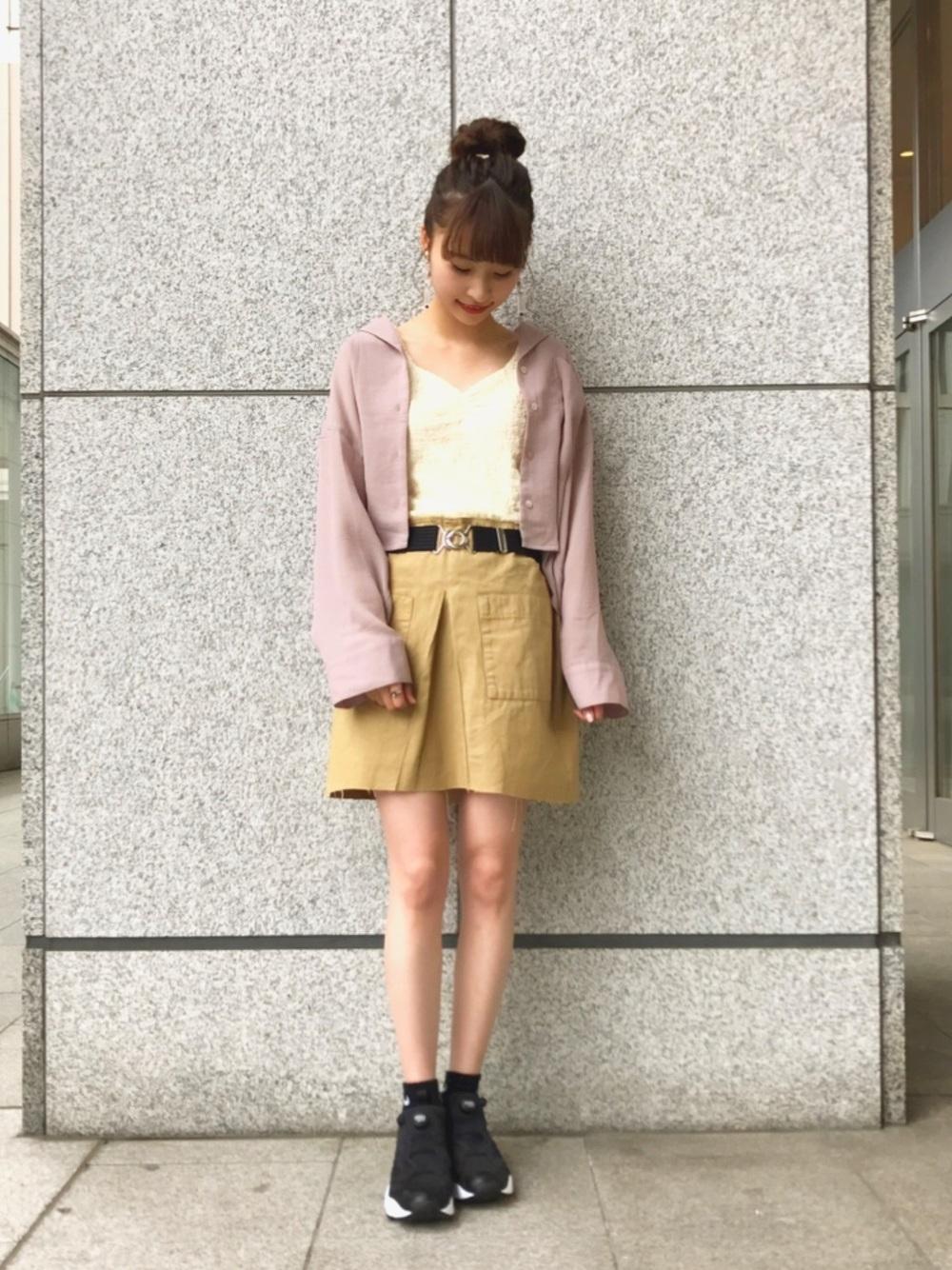 くすみピンクシャツ×ベージュスカート