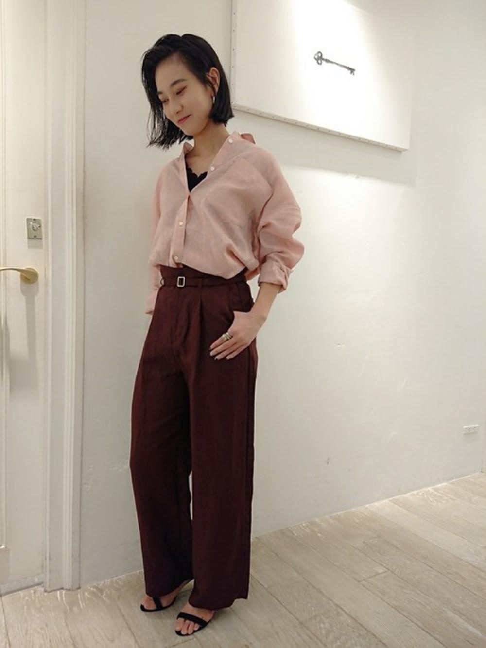 淡いピンクシャツ×ブラウンパンツ