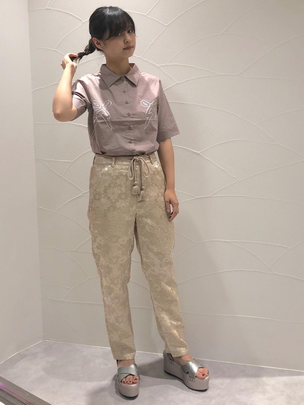 くすみピンクシャツ×テーパードパンツ