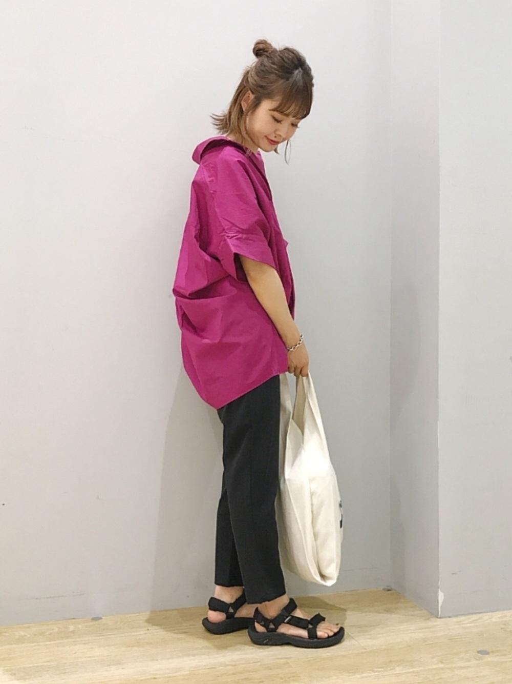 ビビッドピンクシャツ×黒パンツ