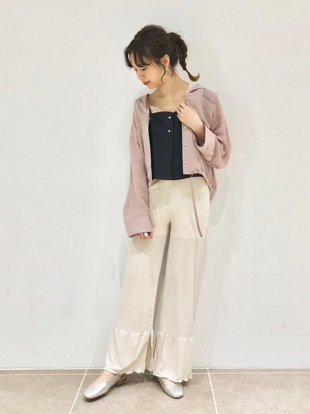 くすみピンクシャツ×ベージュパンツ