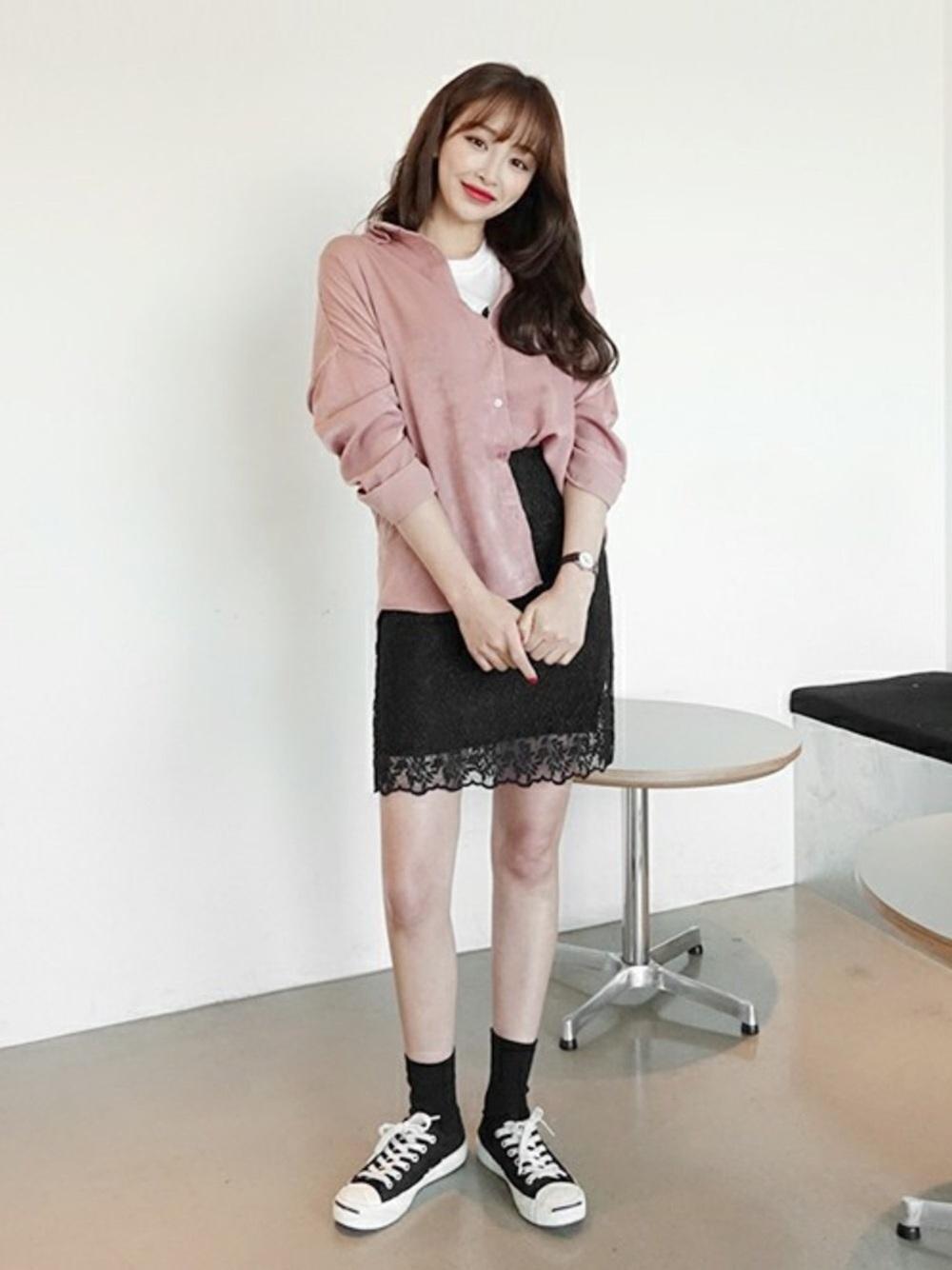 くすみピンクシャツ×黒スカート