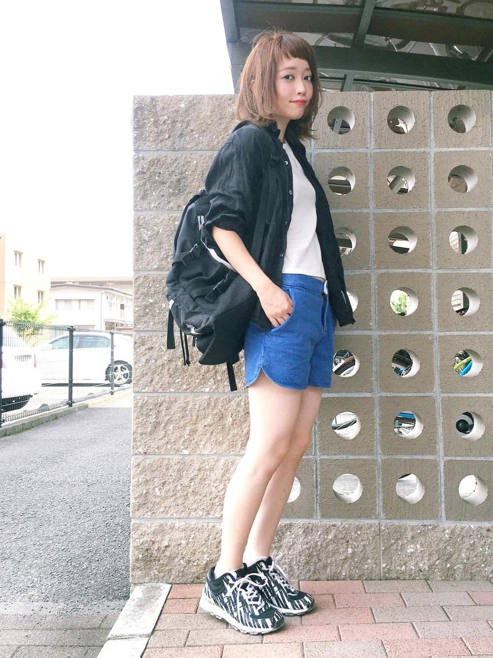 黒シャツ×デニムショートパンツ