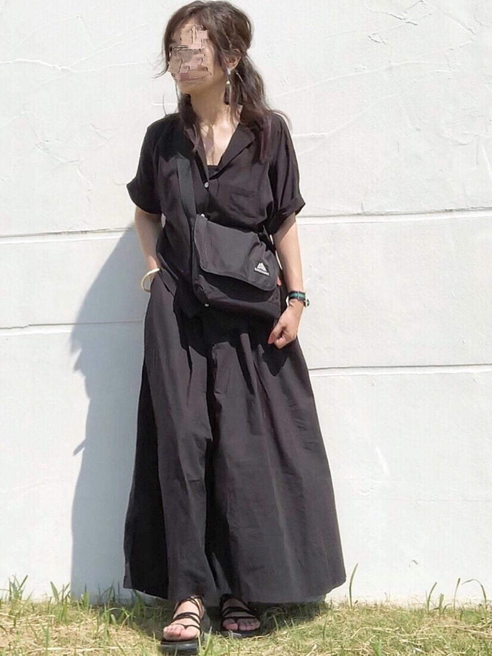 黒シャツ×黒スカート