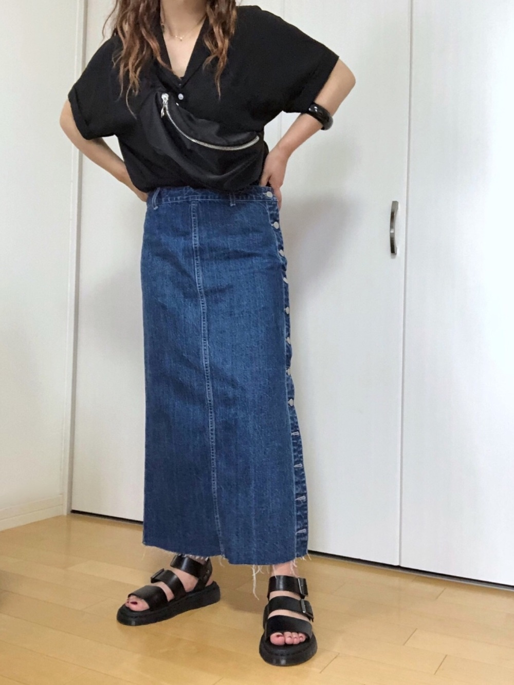 黒シャツ×デニムタイトスカート