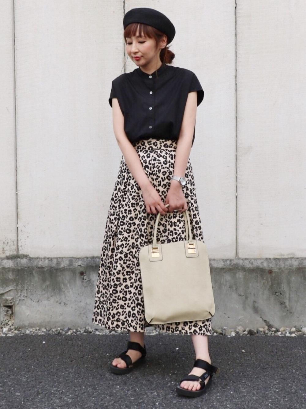黒シャツ×レオパード柄スカート