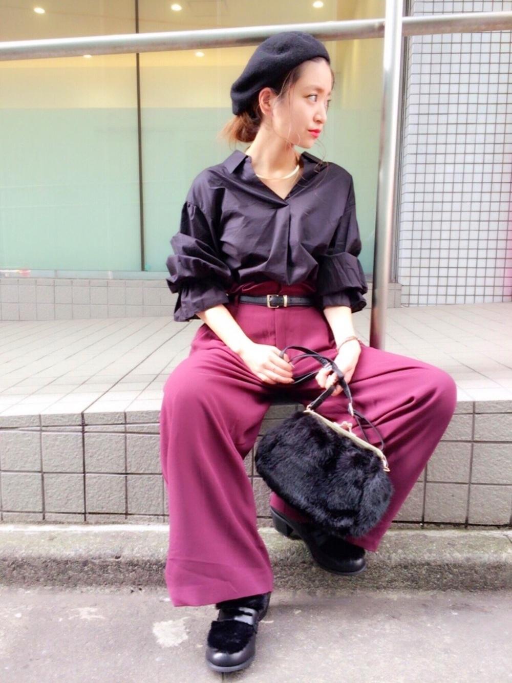 黒シャツ×ピンクワイドパンツ