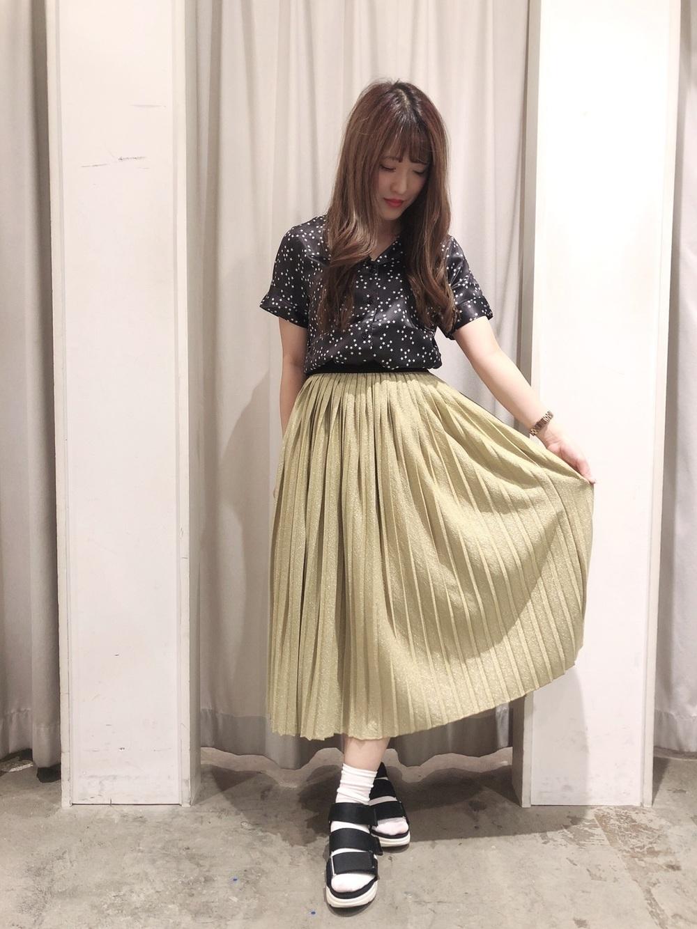 黒柄シャツ×ゴールドスカート