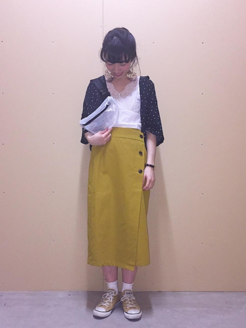 黒ドットシャツ×イエロースカート