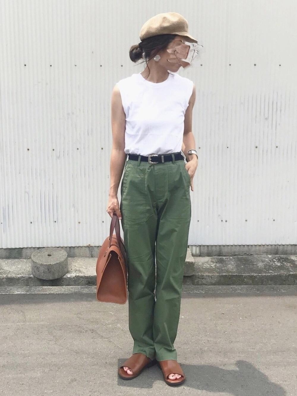カーキパンツ × 白Tシャツ