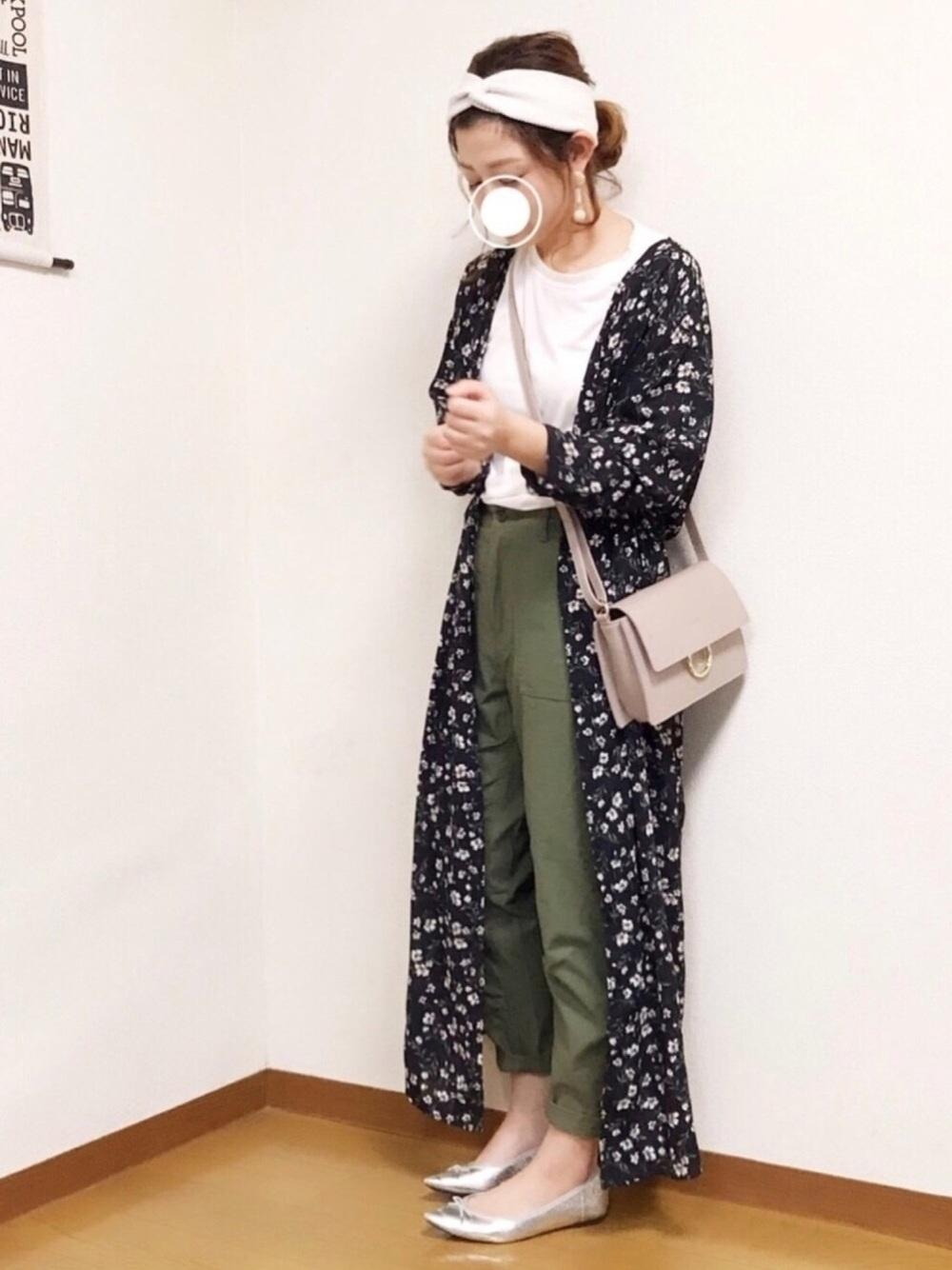 カーキパンツ × 花柄ワンピ