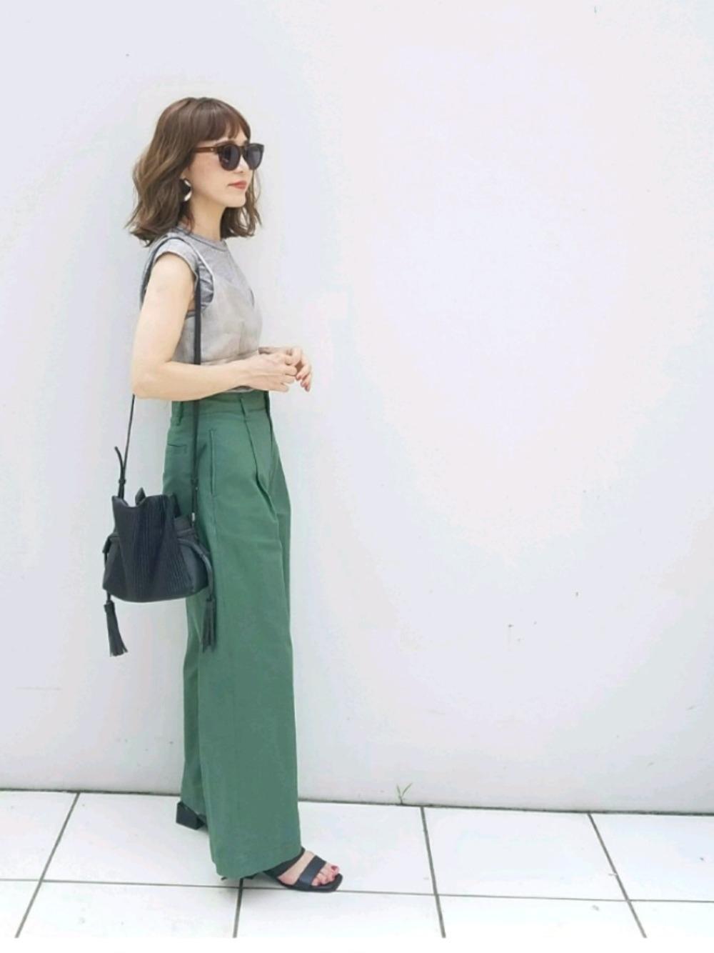 カーキワイドパンツ × グレーTシャツ