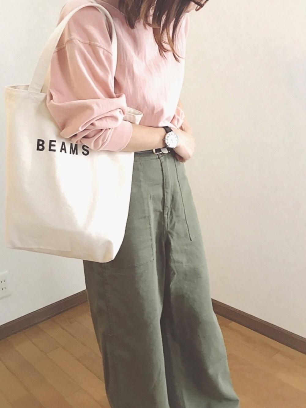 カーキワイドパンツ × ピンクスウェット