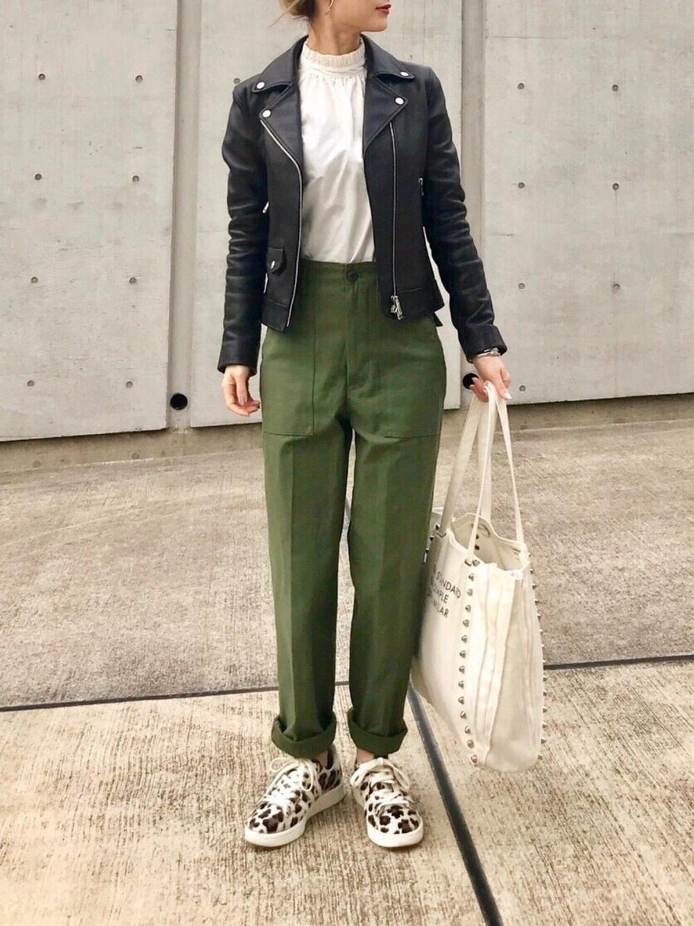 カーキパンツ × ライダースジャケット