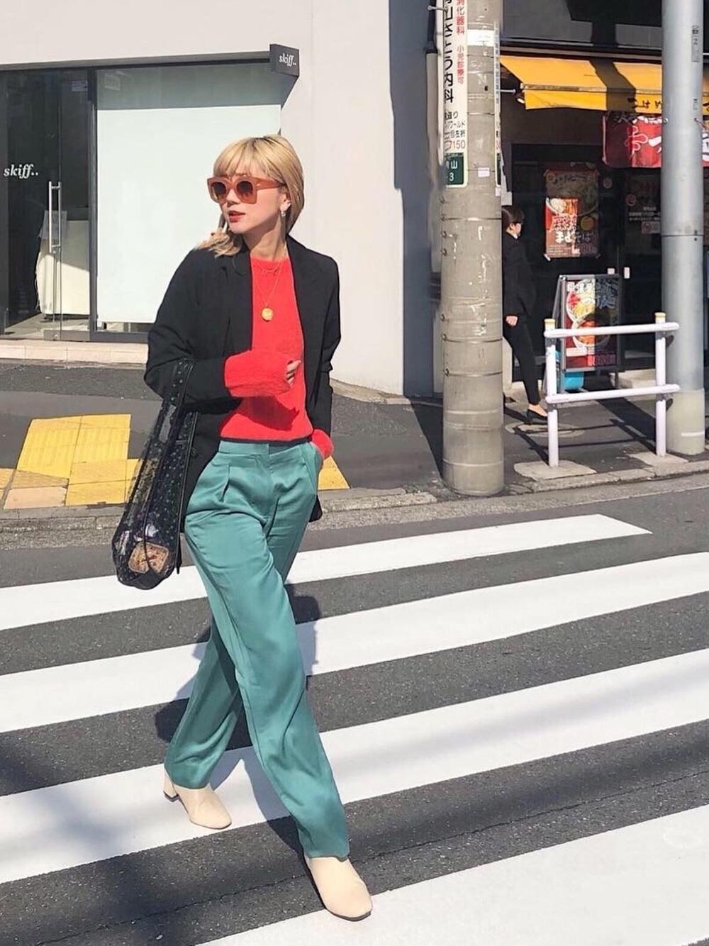 カーキパンツ × 赤セーター