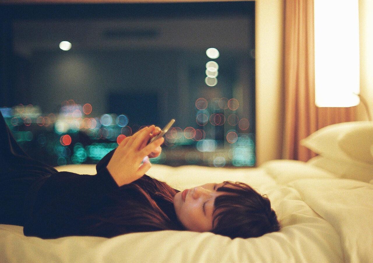 眠いのに、見ちゃう…。夜スマホがデメリットだらけな理由を知って自分に喝!