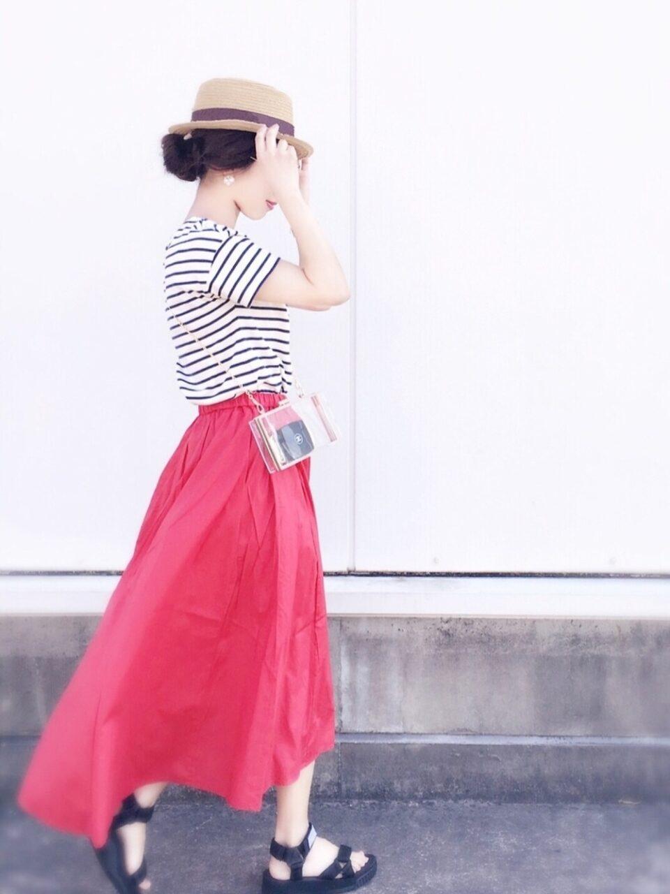 赤スカートで女性らしさアップ♡着こなしのポイントとコーディネートを紹介