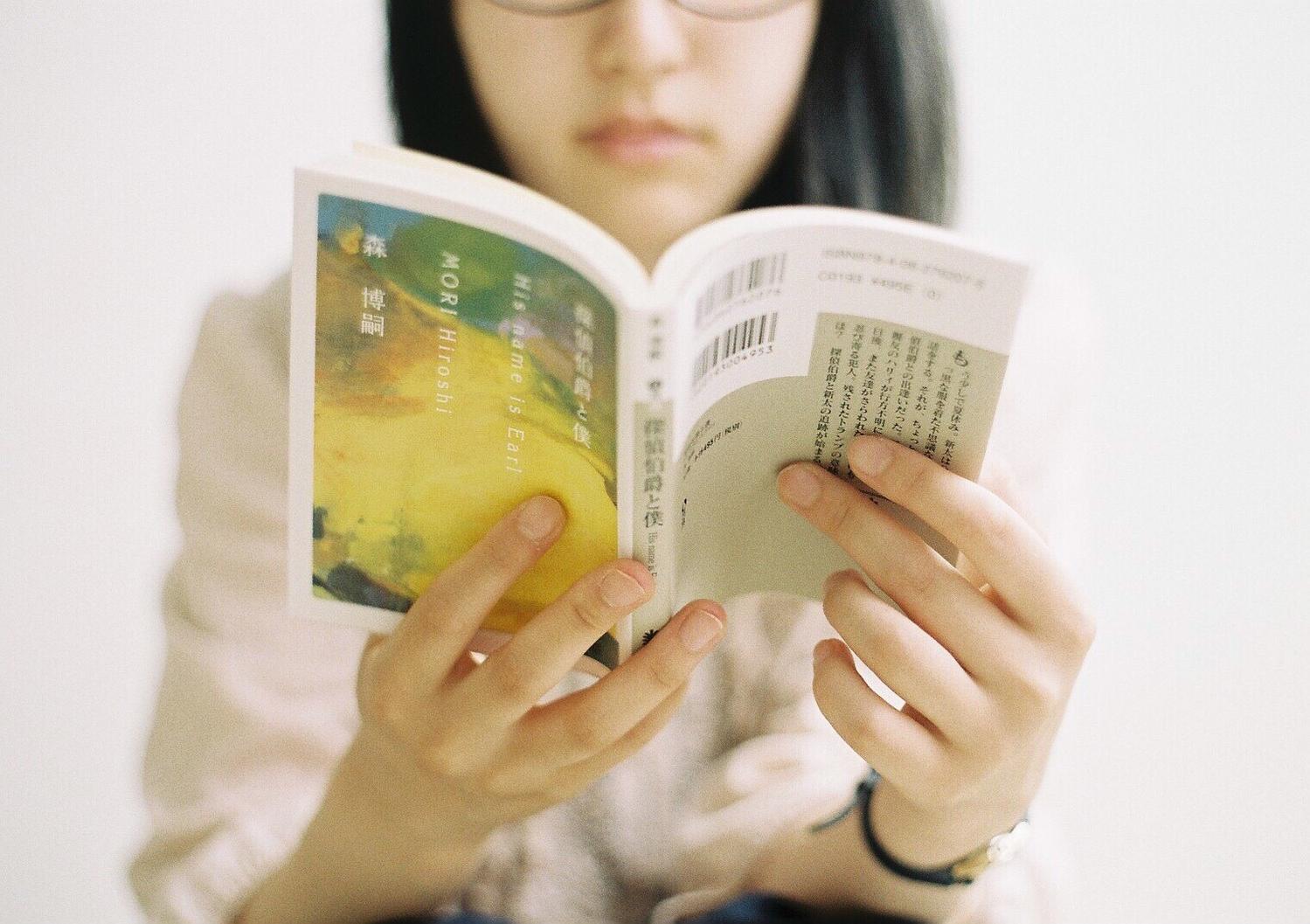 (6)本を読んでいる