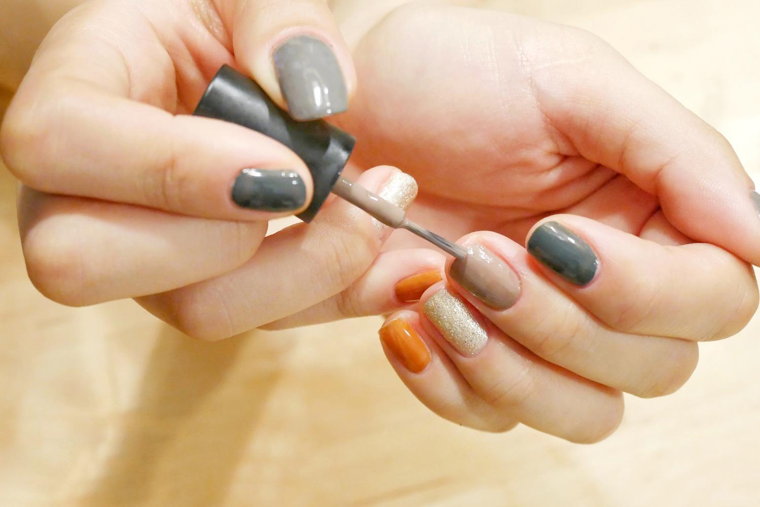 爪の先の縁を塗る