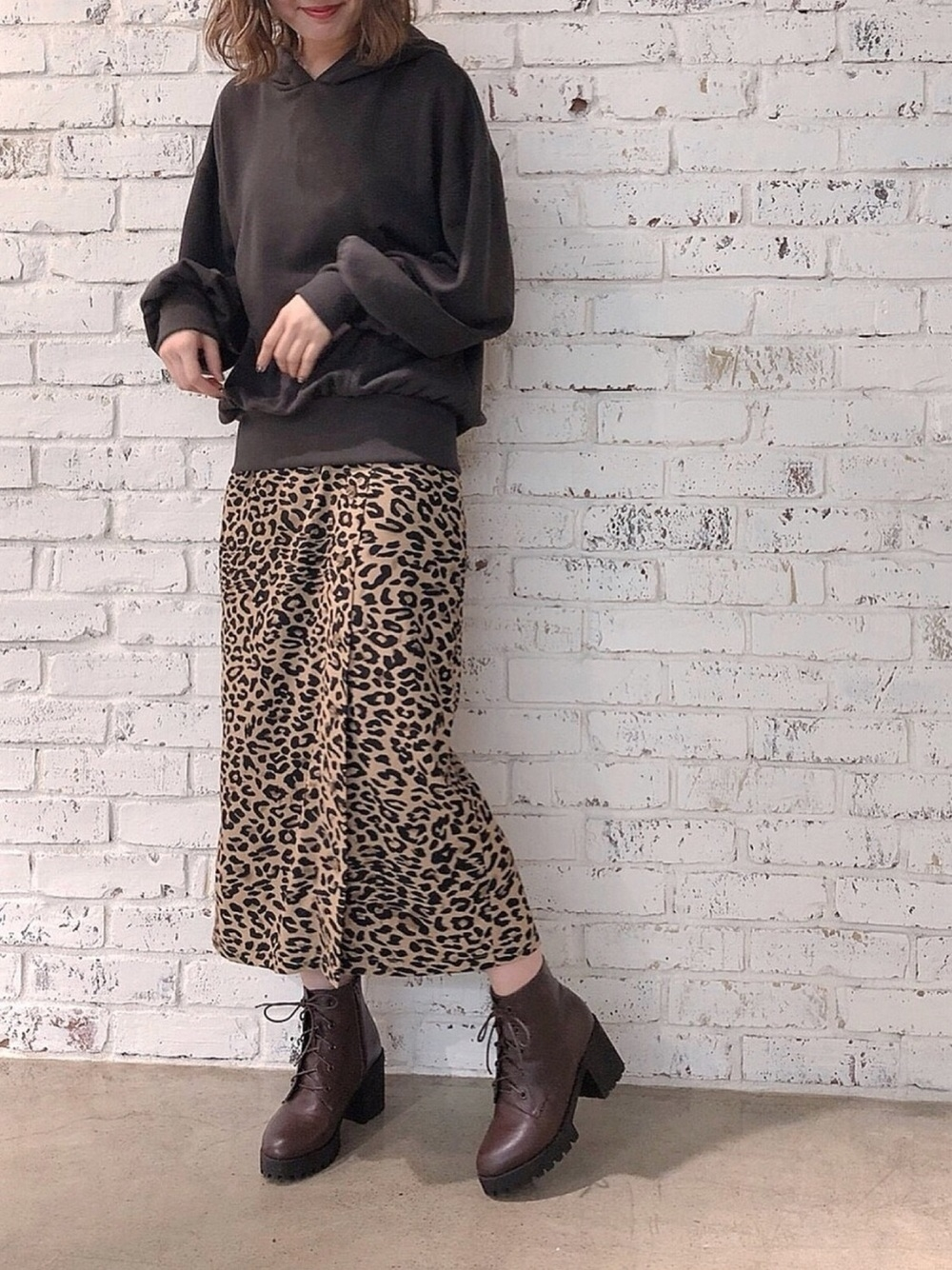 黒プルオーバーパーカー×タイトスカート