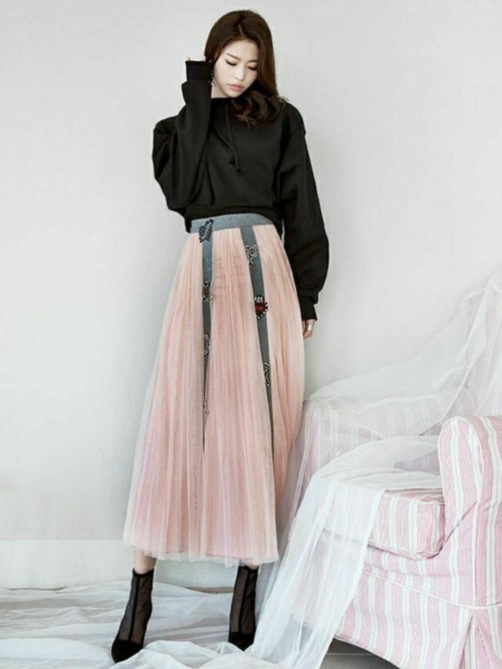 黒プルオーバーパーカー×チュールスカート