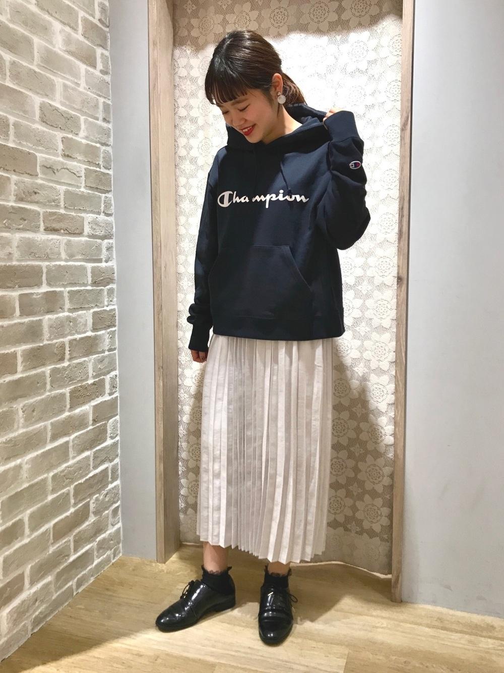 ネイビープルオーバーパーカー×プリーツスカート
