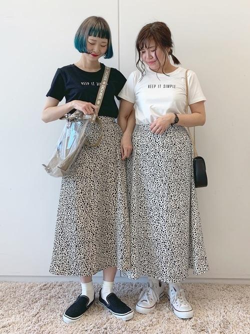 タイトなTシャツとIラインを強調するスカート
