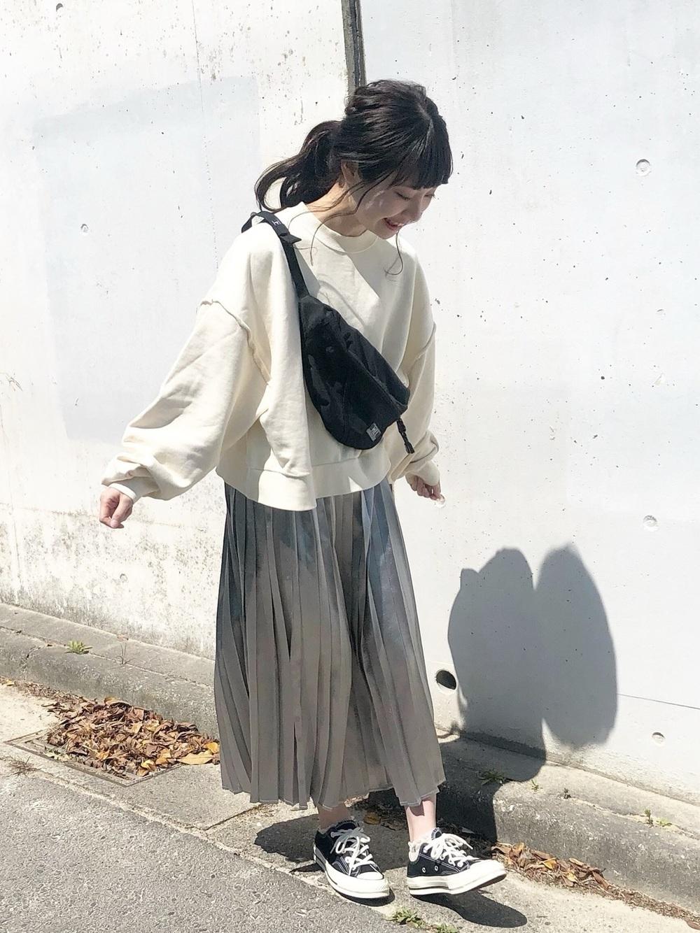 グレープリーツスカート×ホワイトスウェット