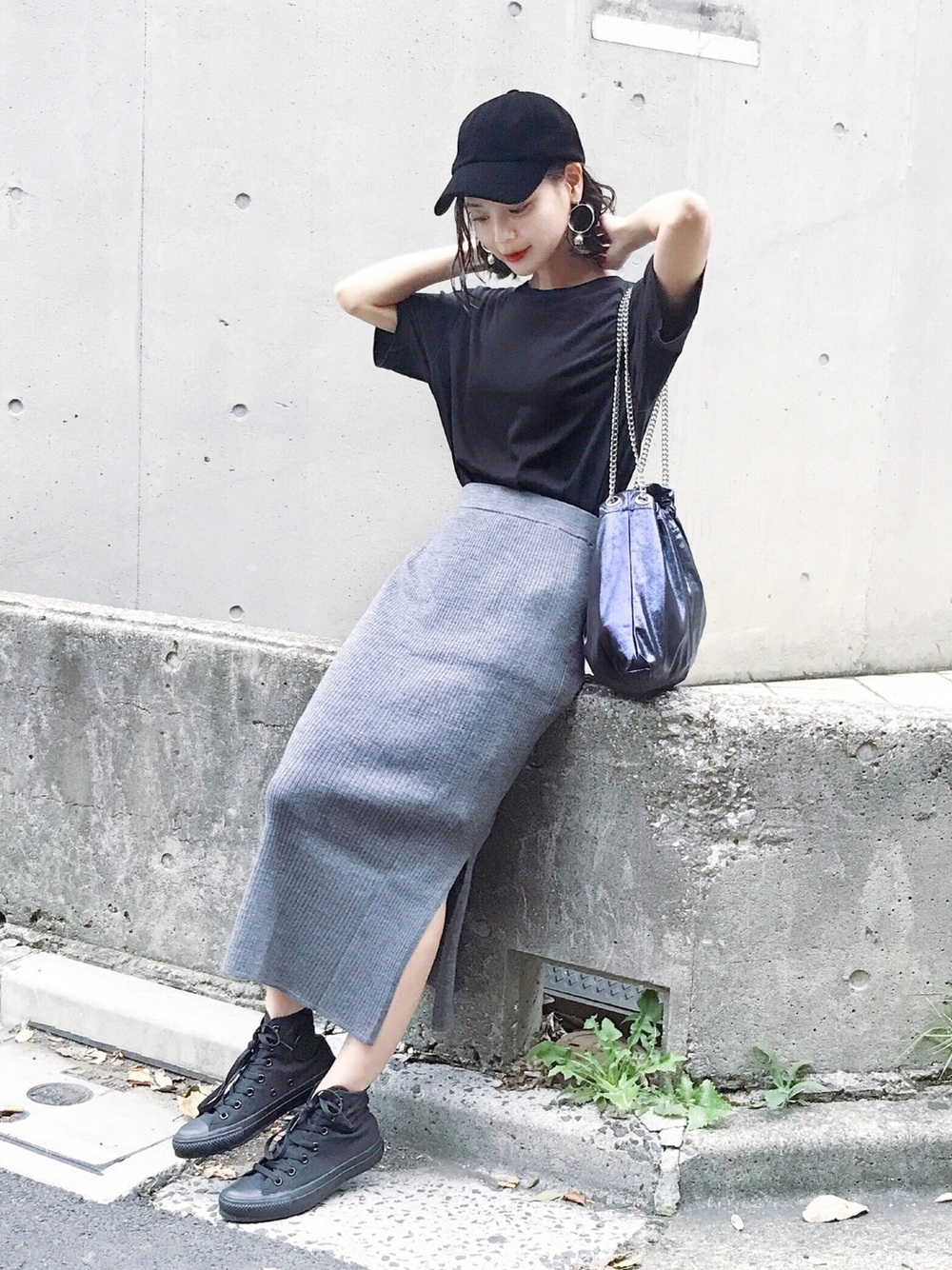 グレータイトスカート×ブラックTシャツ