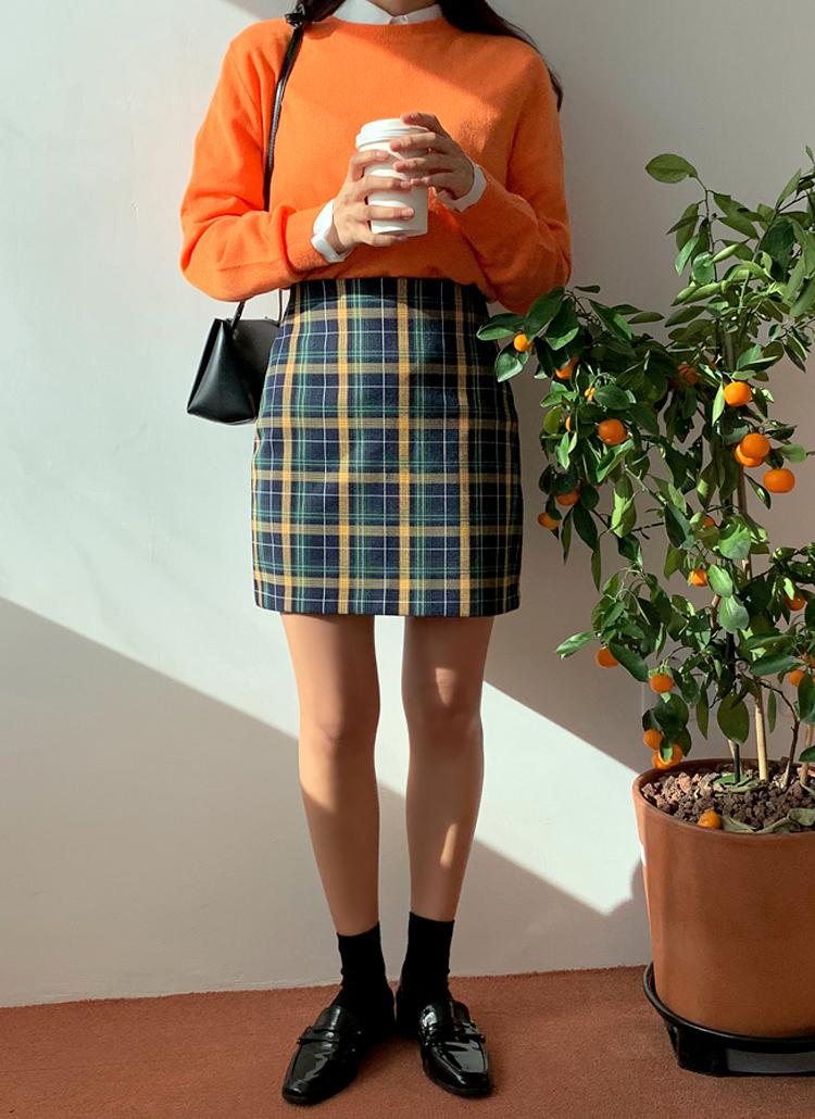 ネイビーチェック柄スカート×オレンジニット