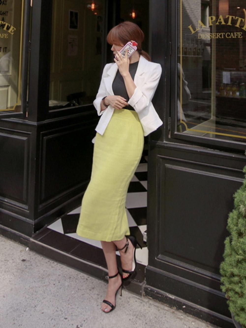 ×黄色スカートで仕事できる風に