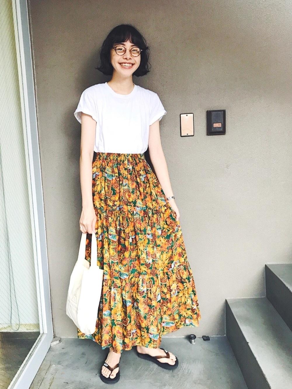 オレンジ系マキシ風スカート×ホワイトTシャツ