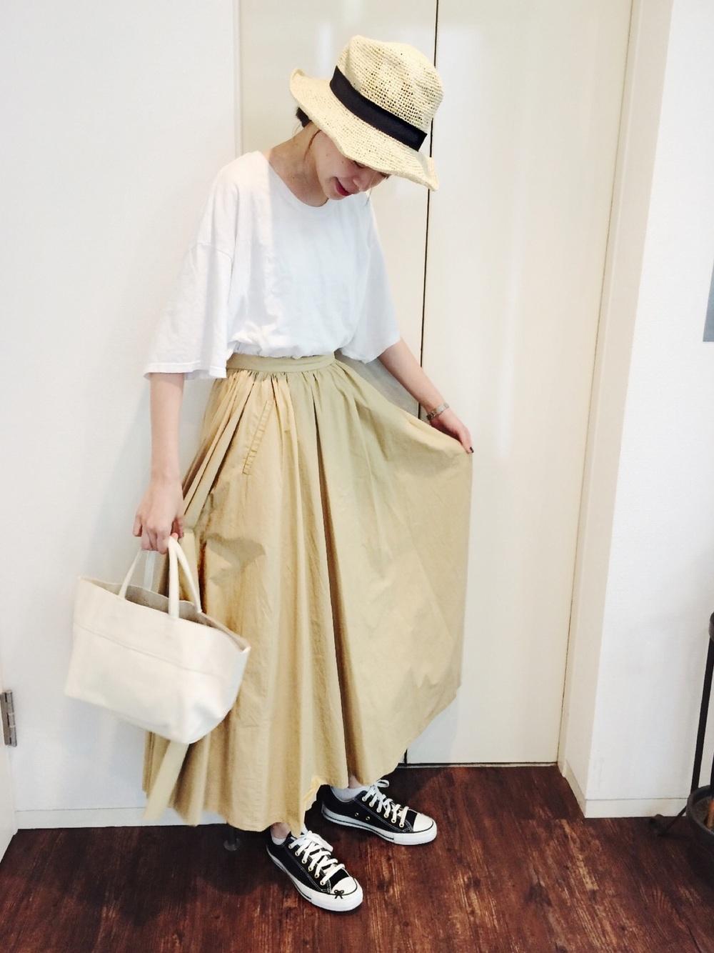 ベージュマキシ風スカート×ホワイトTシャツ