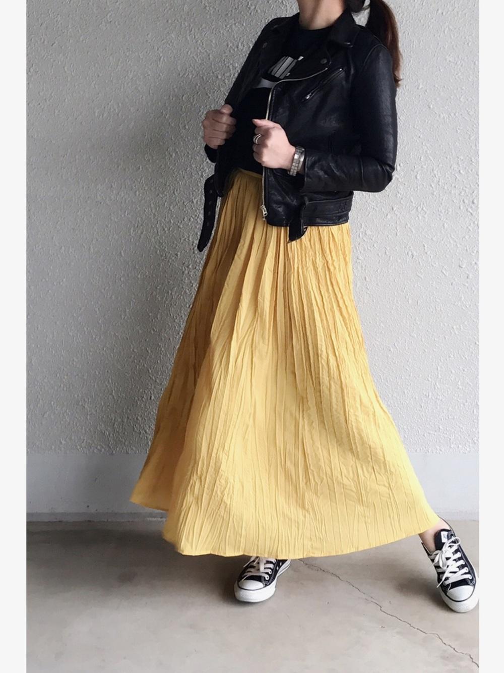 イエロープリーツマキシ風スカート×ライダースジャケット