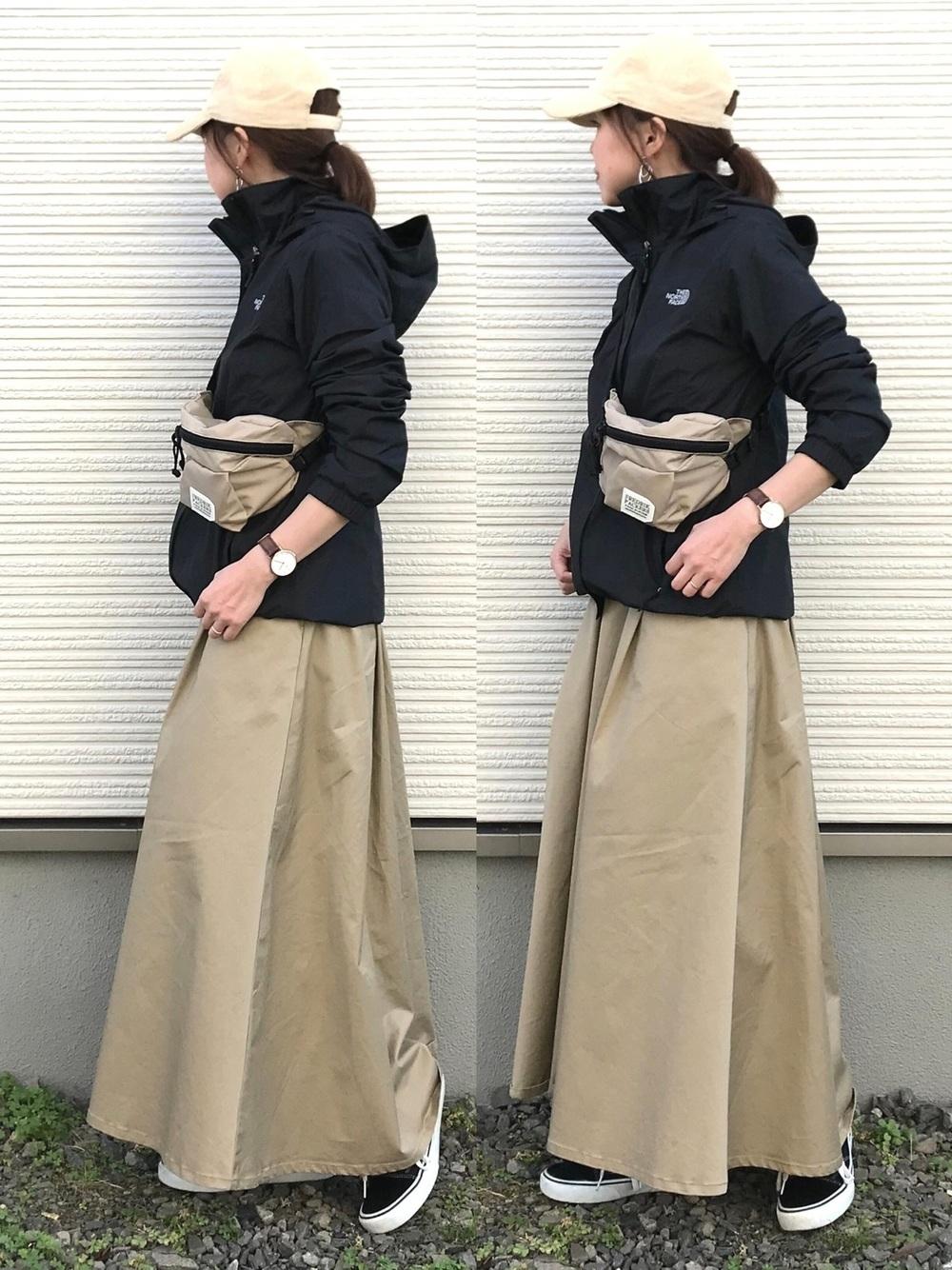 ベージュマキシ風スカート×ブラックナイロンジャケット