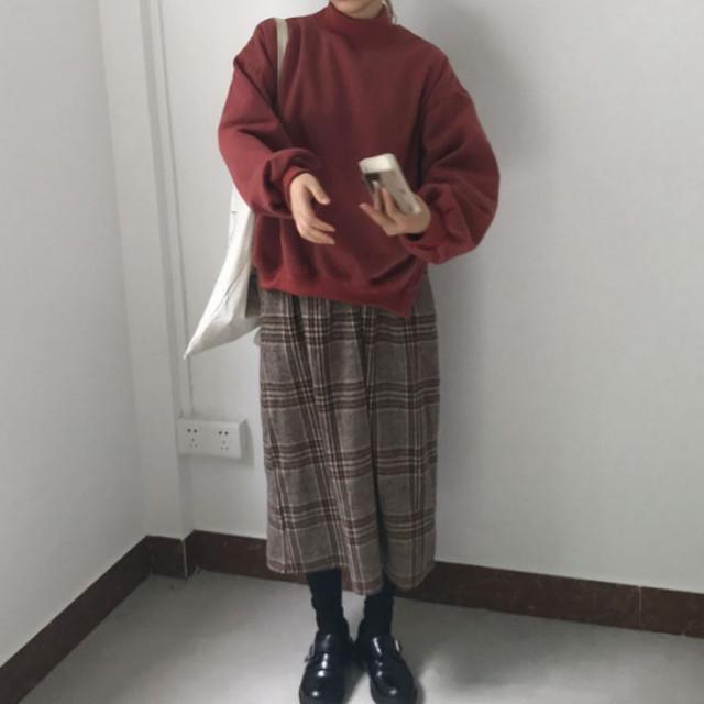 ブラウンミモレ丈チェック柄スカート×レッド系ニット