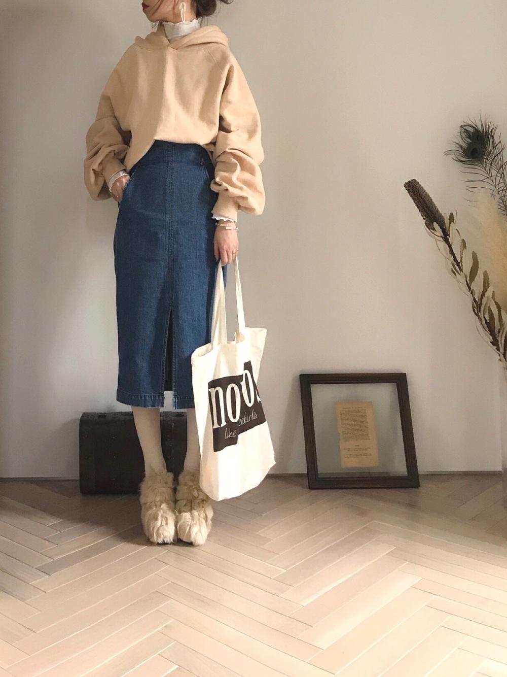 ベージュパーカー × デニムスカート