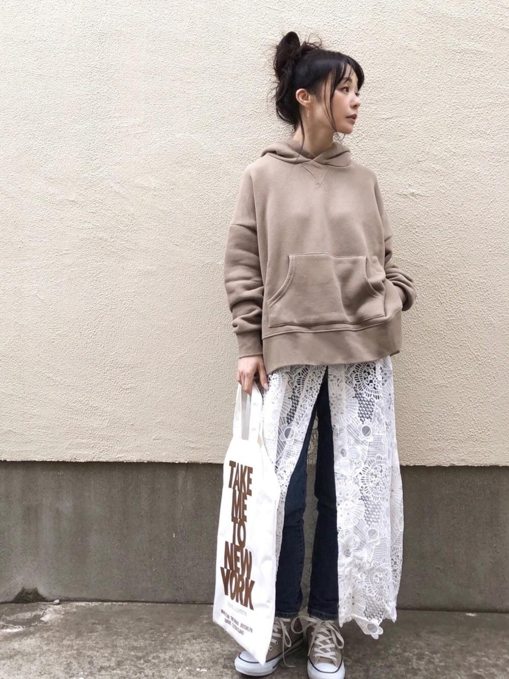 ブラウンパーカー × 白レーススカート
