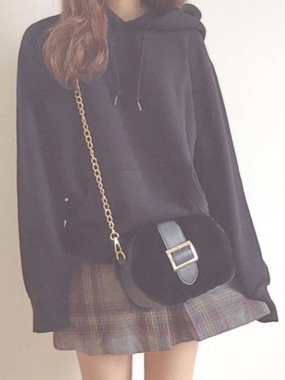 黒パーカー × チェック柄スカート
