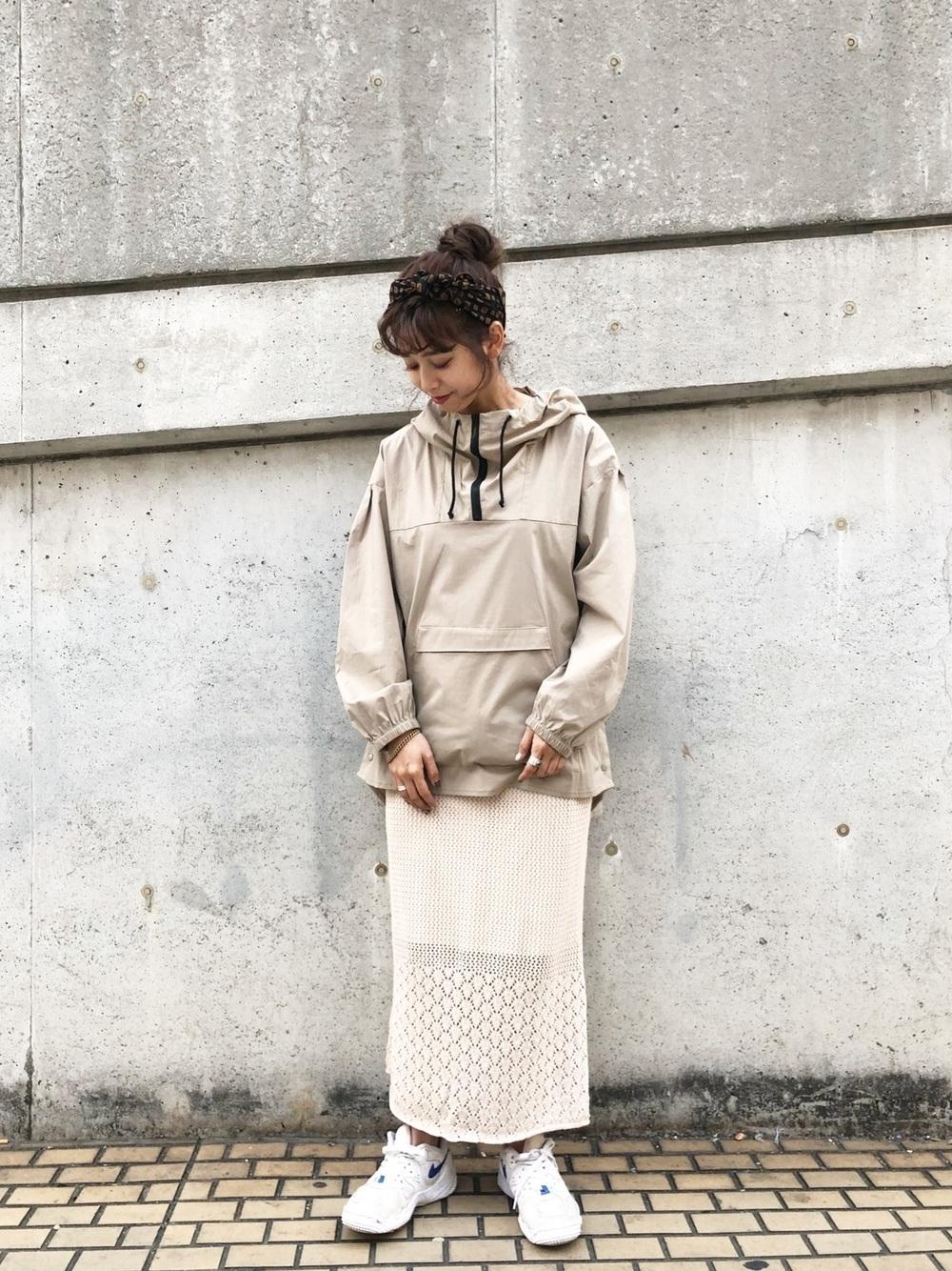 ベージュパーカー × ベージュスカート