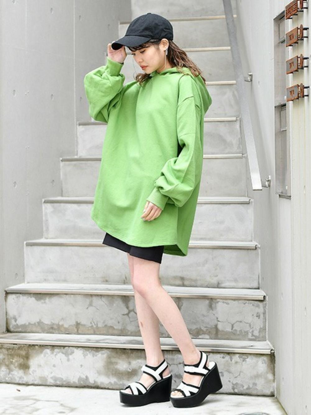 グリーンパーカー × 黒スカート
