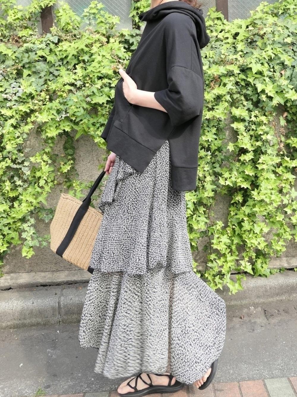 黒パーカー × 黒スカート