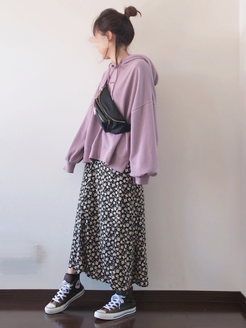 パープルパーカー × 花柄スカート