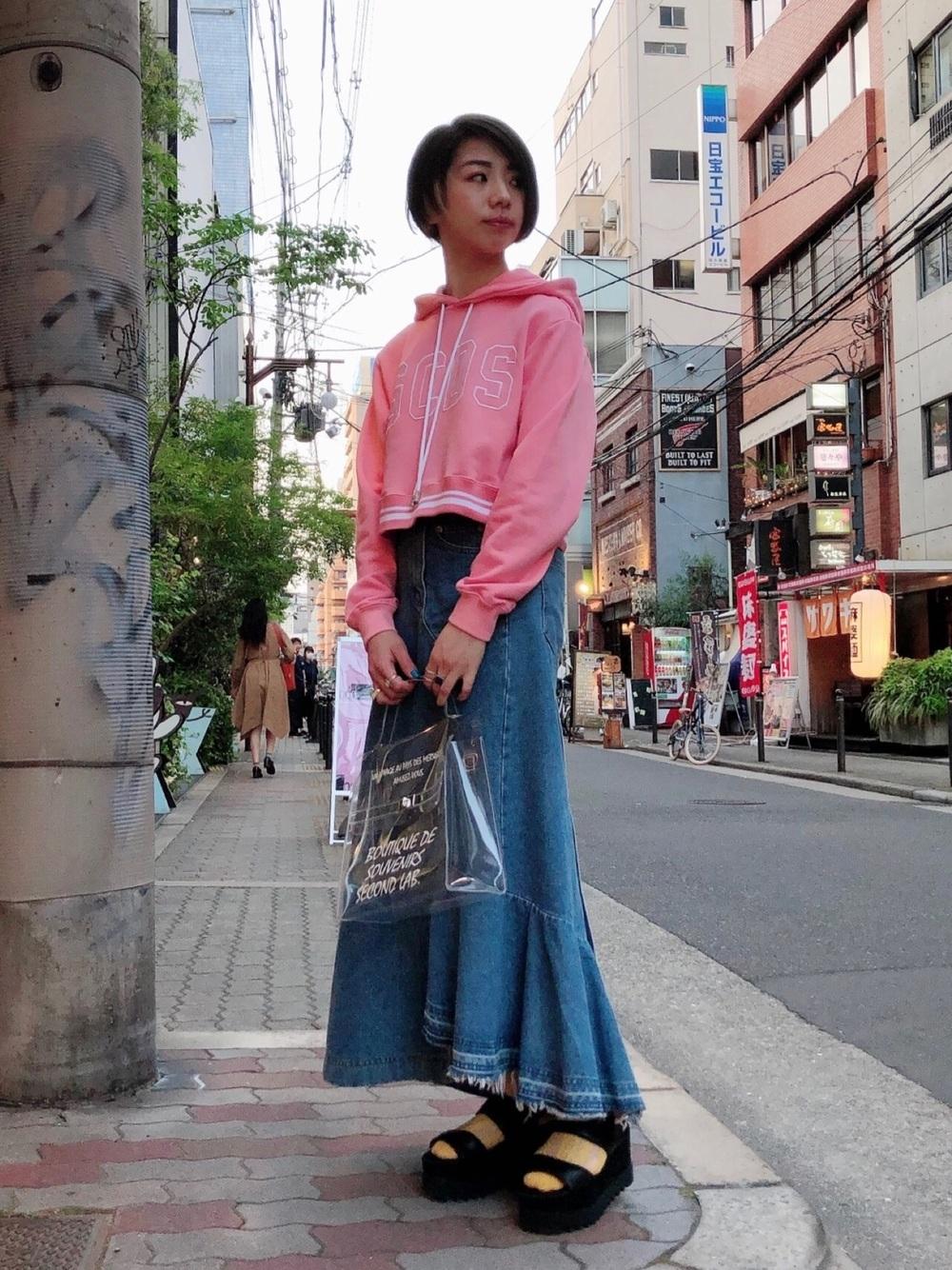 ピンクパーカー × デニムスカート
