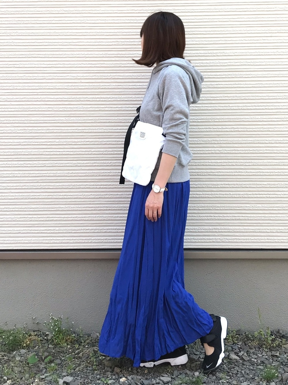 グレーパーカー × ブルースカート