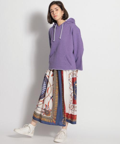 パープルパーカー × 柄スカート