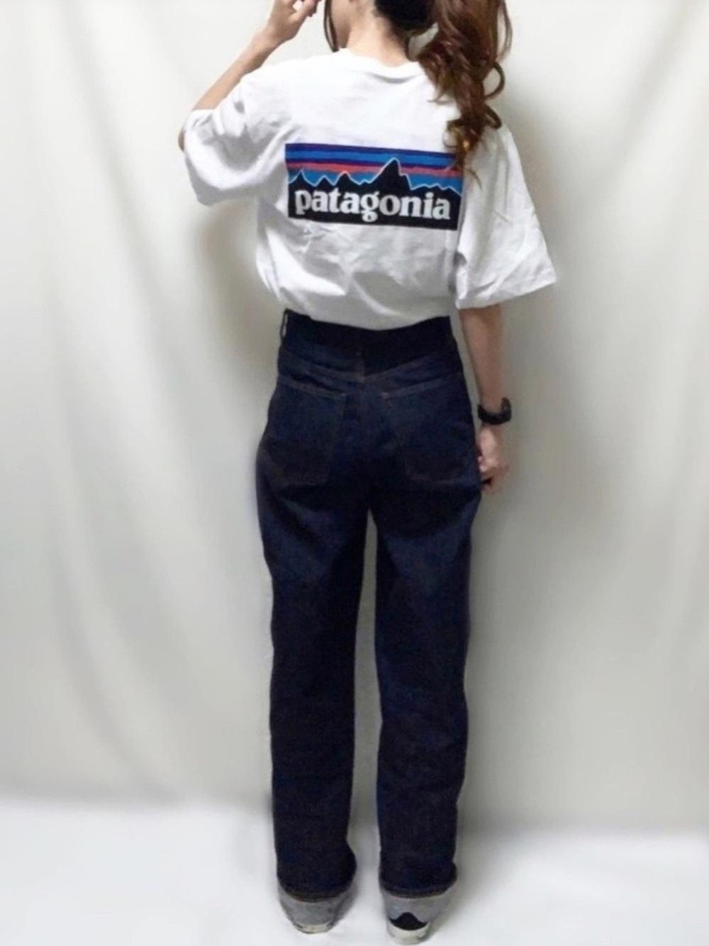 白Tシャツ×ネイビーワイドパンツ