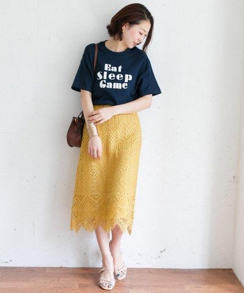 イエローレーススカート×ネイビー系半袖Tシャツ